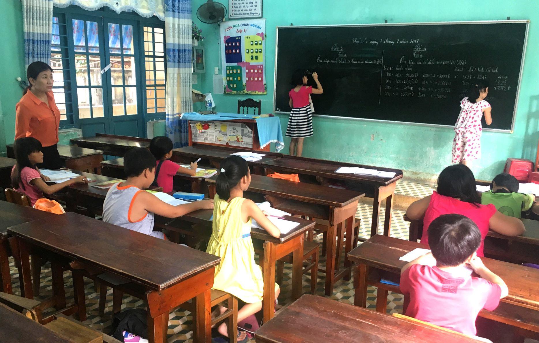 100 em học sinh được chia làm 6 lớp để nâng cao chất lượng giảng dạy. Ảnh: PHAN VINH