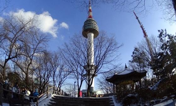 Tháp Nam San, một trong những địa danh thu hút nhiều du khách tham quan