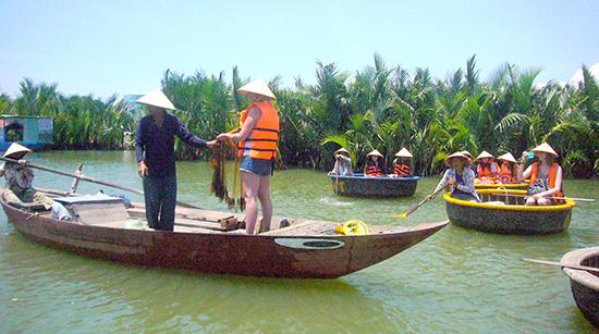Du khách trải nghiệm nghề chài lưới ở rừng dừa Cẩm Thanh.Ảnh: ĐỖ HUẤN