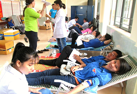 Tuổi trẻ Duy Xuyên tham gia hiến máu tình nguyện. Ảnh: M.NHI