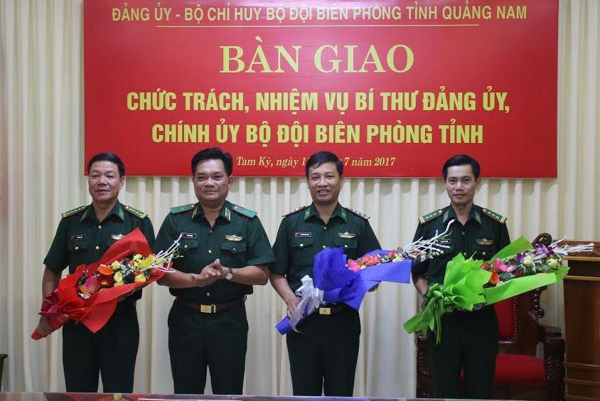 Thiếu tướng Lê Thái Ngọc Phó Tư lệnh BĐBP Việt Nam tặng hoa chúc mừng chúc mừng các cán bộ vừa được Bộ Quốc phòng điều động bổ nhiệm.