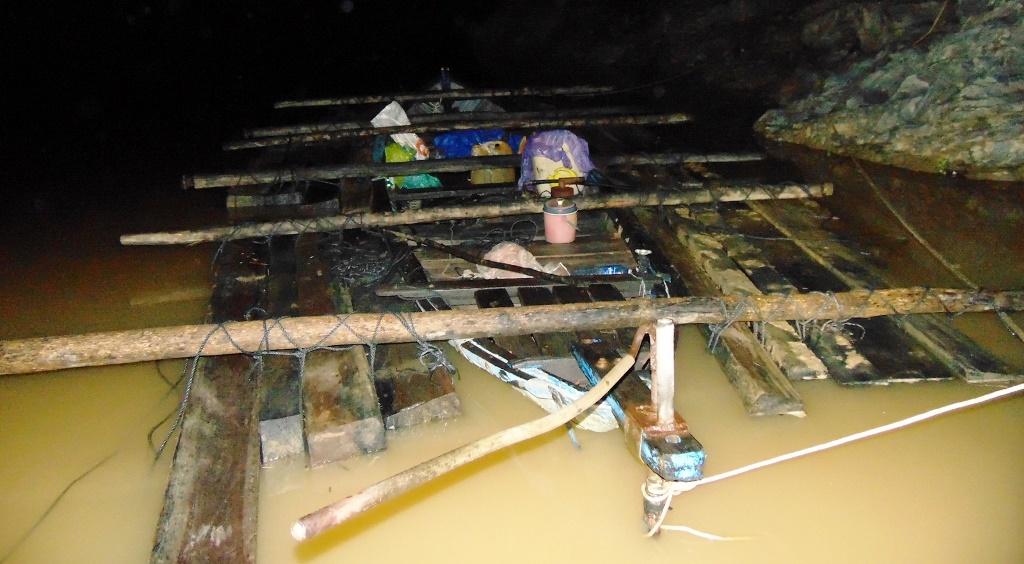 Số gỗ tang vật cùng phương tiện bị tạm giữ. Ảnh: CSGT cung cấp