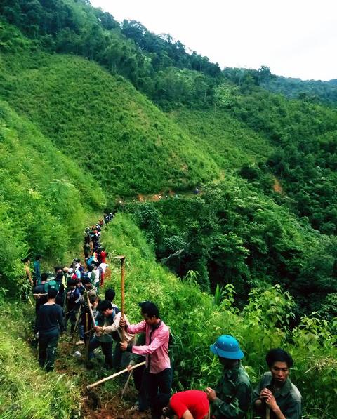 Tuổi trẻ Tây Giang mở đường du lịch lên đỉnh K lang, xã Tr hy. Ảnh: HUYỆN ĐOÀN TÂY GIANG