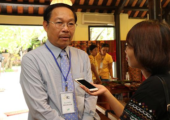 Ông Hồ Viết Lý trò chuyện với phóng viên Báo Quảng Nam.