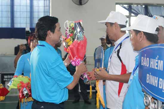 Ban tổ chức tặng cờ lưu niệm, hoa cho các đoàn vận động viên tham gia hội thao. Ảnh: D.LỆ