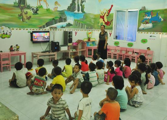 Giờ sinh hoạt vui chơi của học sinh Trường Mẫu giáo Trúc Đào (xã Tam Xuân II, Núi Thành).  Ảnh: HÀN GIANG