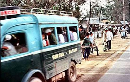 Một chiếc xe đò chạy tuyến Sơn Chà - Đà Nẵng trước năm 1975. (Ảnh tư liệu)