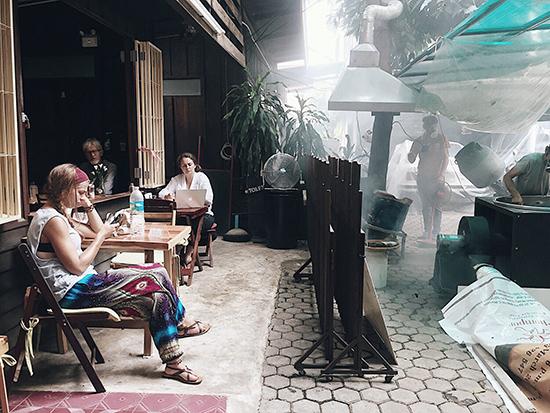 Du khách thưởng thức cà phê và thư giãn tại quán Mountain Coffee. Ảnh: H.N.T