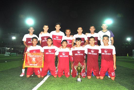 Niềm vui đoạt cúp vô địch của các cầu thủ trẻ QNK. Ảnh: T.VY