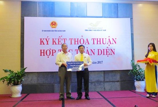 Bưu điện tỉnh hỗ trợ 60 triệu đồng cho Sở LĐ-TB&XH vì chăm lo cho đối tượng hội nghèo. Ảnh: H.LIÊN