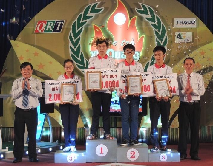 Ban tổ chức trao giải các thí sinh