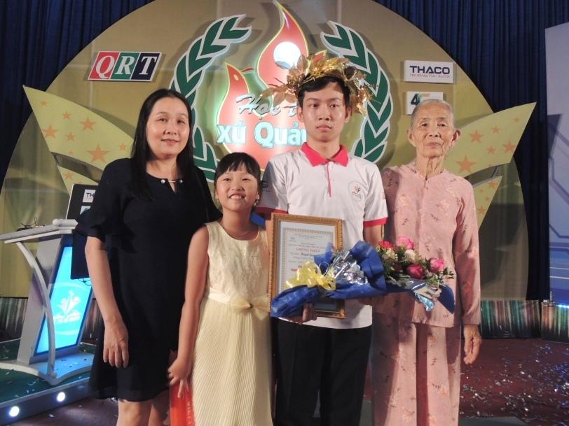 Thí sinh Huỳnh Quang Vinh hạnh phúc bên bà, mẹ và em gái sau khi giành ngôi vị quán quân