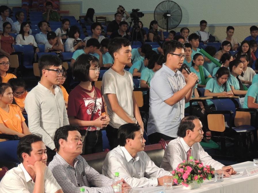 Quán quân Đào Thanh Lam (đứng, thứ 2 từ trái sang) cùng 3 thí sinh vào chung kết