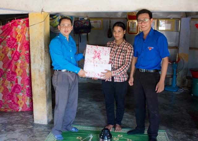 Huyện đoàn Đông Giang tặng quà cho gia đình anh Bríu Nát. Ảnh: L.Đ