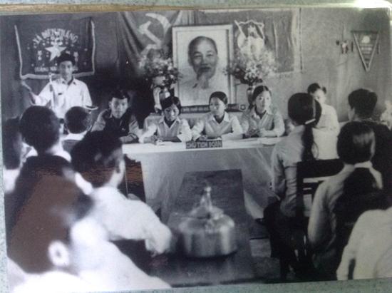 Những gương mặt nữ trong Đại hội xã đoàn Điện Thắng ngay sau ngày giải phóng.  (Ảnh tư liệu)
