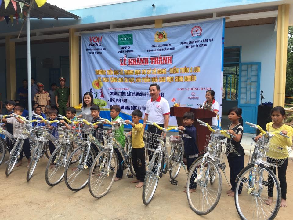 Tặng xe đạp cho học sinh xã Dang. Ảnh: XUÂN HIẾU