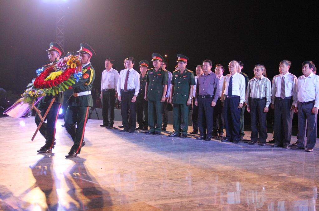 Đại diện lãnh đạo tỉnh đặt vòng hoa và viếng hương các anh hùng liệt sĩ. Ảnh: A.N