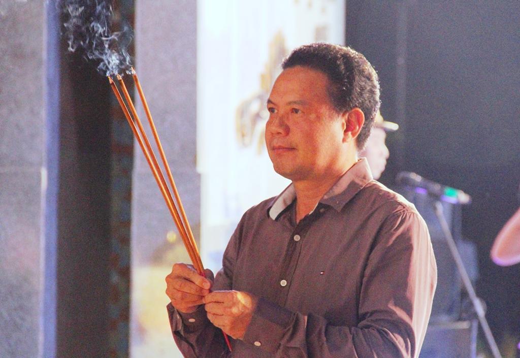 Phó Chủ tịch UBND tỉnh Lê Văn Thanh viếng hương. Ảnh: A.N