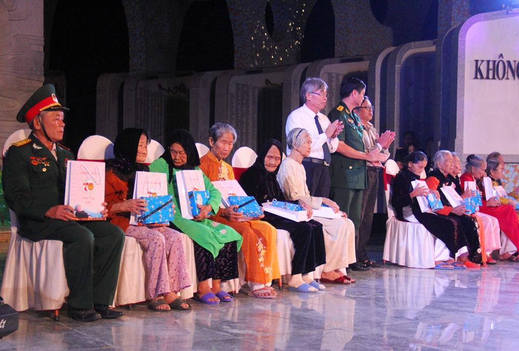 Đại diện ban tổ chứcc tặng quà cho các Mẹ Việt Nam anh hùng và Anh hùng Lực lượng vũ trang nhân đân tham dự chương trình. Ảnh: A.N