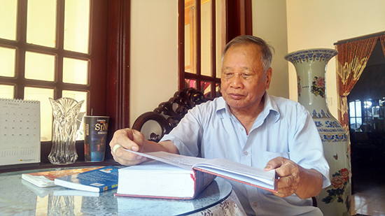 Cựu phi công Hồ Văn Quỳ bên những trang sách về Không quân Việt Nam. Ảnh: XUÂN THỌ