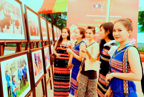 Các thiếu nữ vùng cao Quảng Nam trong trang phục truyền thống tại ngày hội. Ảnh: DUY NGUYỄN