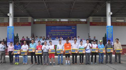 Ban tổ chức tặng sản phẩm của nhà tài trợ cho các đội bóng tham gia giải. Ảnh: T.Vy
