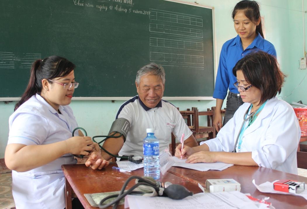 BS.CKII Nguyễn Thị Kiều Trinh đang khám bệnh cho người dân xã Bình Minh