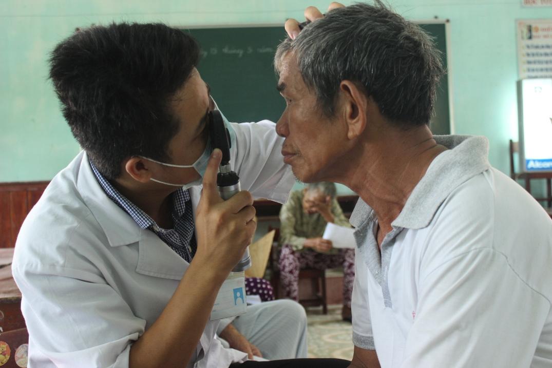 Bác sĩ Bệnh viện Đa khoa Quảng Nam khám mắt cho bệnh nhân