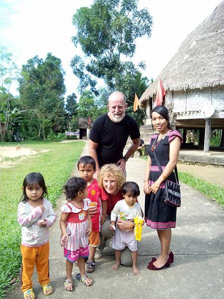Cần thêm nhiều kênh quảng bá cho những vùng cao Quảng Nam. Trong ảnh là 2 du khách tìm đến làng Bhơ Hôồng.