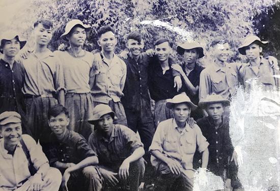 Trần Ngọc Tuấn (hàng đứng, thứ 4 từ trái sang) cùng 13 đồng đội của tàu không số mật danh 43 bị địch phát hiện tại Đức Phổ.  Ảnh nhân vật cung cấp.