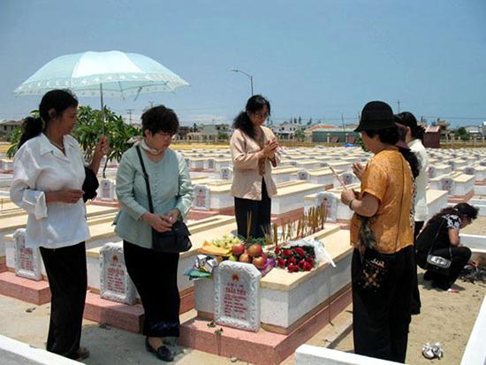Viếng mộ nhà văn - liệt sĩ Chu Cẩm Phong tại Nghĩa trang liệt sĩ Hội An.