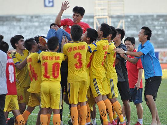 Nam Định sẽ góp mặt tại V-League 2018.   TRONG ảnh: Niềm vui của đội Nam Định khi thăng hạng nhất năm 2014 tại sân Tam Kỳ.