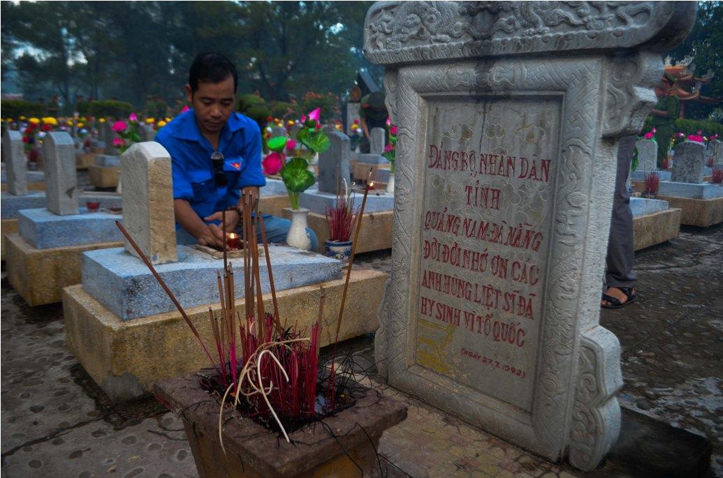 Đoàn viên thanh niên tỉnh Quảng Trị thắp nến tri ân tại khu mộ các liệt sĩ Quảng Nam - Đà Nẵng. Ảnh: TRẦN THẮNG