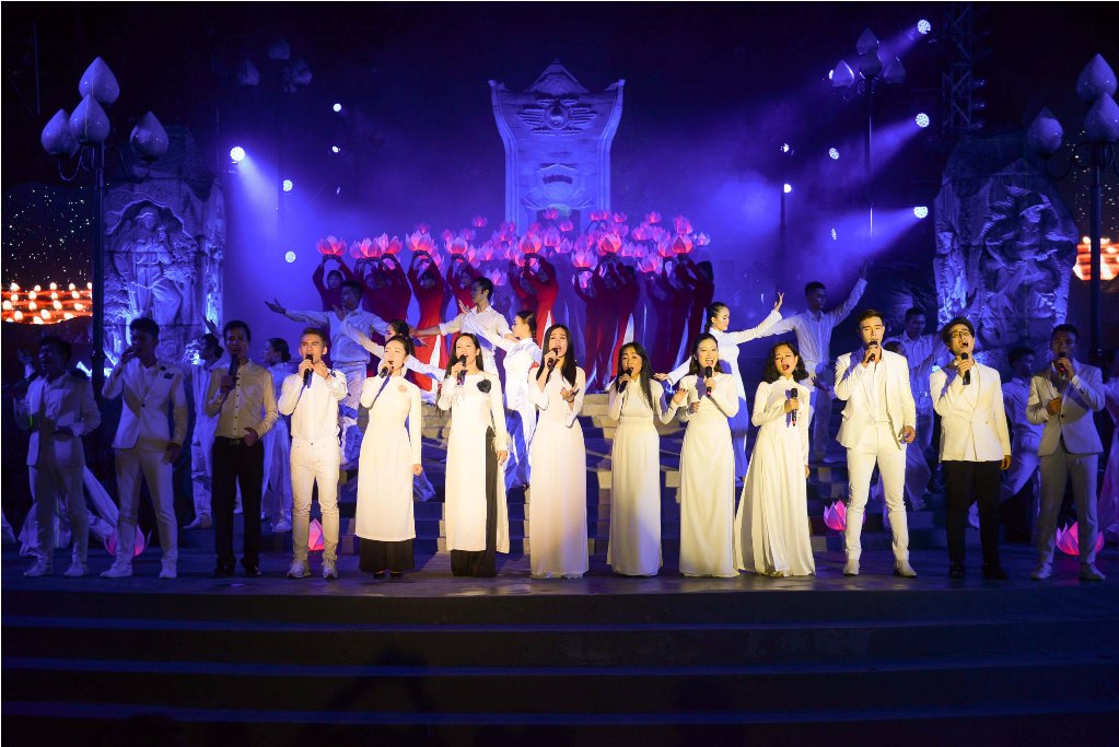 Nhạc sĩ Trương Quý Hải đệm đàn cho Đông Hùng thể hiện ca khúc Về đây đồng đội ơi. Ảnh: Q.Đ