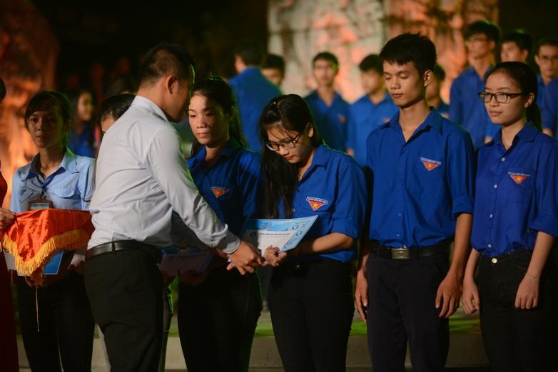 Trao học bổng cho sinh viên là con em gia đình các thương binh, liệt sĩ. Ảnh: Q.Đ