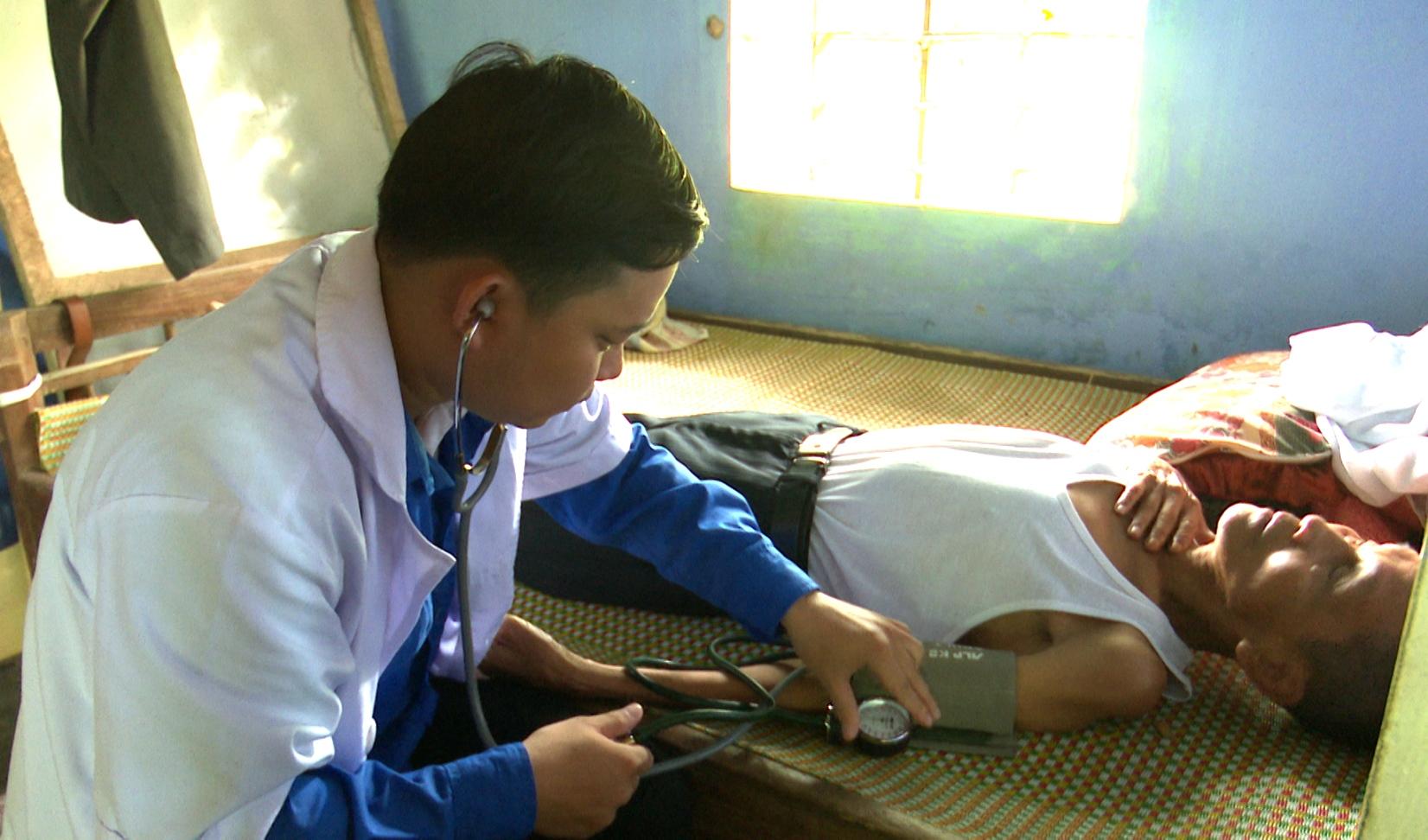 Đoàn viên Chi đoàn Trung tâm Y tế huyện Nông Sơn khám và  cấp thuốc miễn phí cho người có công cách mạng. Ảnh: VINH THÔNG