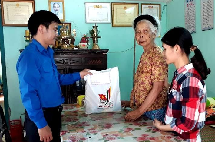 Huyện đoàn Nông Sơn tặng quà cho mẹ Việt Nam anh hung nhân kỷ niệm 70 năm ngày Thương binh - liệt sĩ. Ảnh: VINH THÔNG