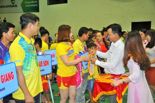 Phó Chủ tịch UBND TP.Tam Kỳ Nguyễn Minh Nam tặng cờ lưu niệm cho các CLB tham gia giải. Ảnh: T.Vy