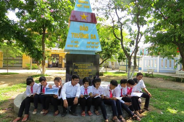 Mô hình cột mốc biển đảo, công trình thanh niên ý nghĩa của Huyện đoàn Đại Lộc nhiệm kỳ qua, Ảnh: HOÀNG LIÊN