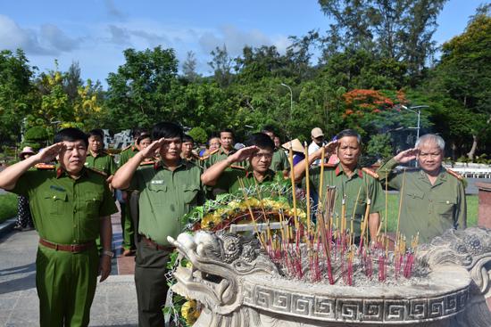 Lãnh đạo Công an Quảng Nam viếng hương tại Nghĩa trang Hàng Dương. Ảnh: X.M