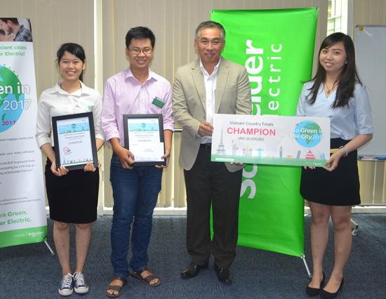 Ông Yoon Young Kim (thứ 2 từ phải sang), Chủ tịch Schneider Electric Việt Nam trao giải Vô địch Go Green in the City 2017 cho đội SV Duy Tân. Ảnh: Q.L