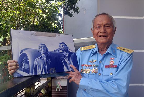 Cựu phi công Lê Tiến Phước và tấm ảnh kỷ niệm thời trẻ của mình. Ảnh: XUÂN THỌ