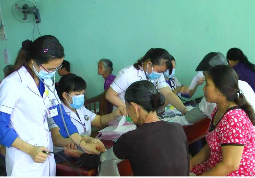 Khám bệnh cấp phát thuốc cho gia đình chính sách, người có công, thanh niên xung phong trên địa bàn xã Tiên Mỹ.