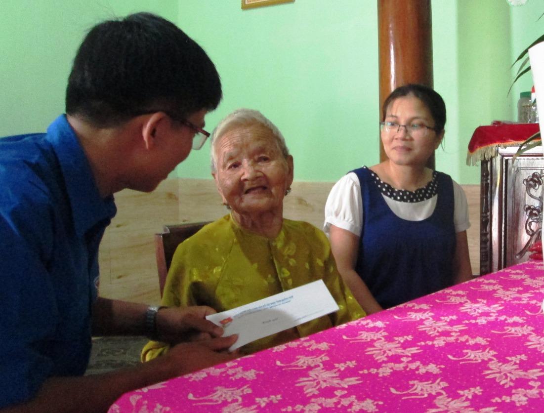 Thăm tặng quà và khám chữa bệnh cho Mẹ Việt Nam anh hùng Võ Thị Cửu, thôn 3, xã Tiên Phong.