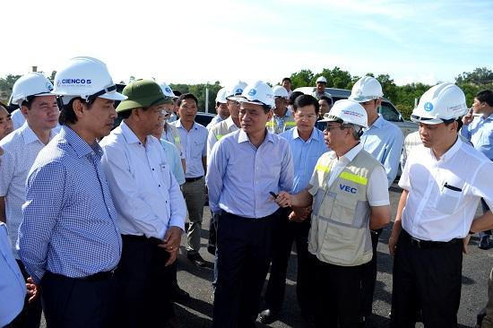 Bộ trưởng Bộ GTVT Trương Quang Nghĩa và Chủ tịch UBND tỉnh Quảng Nam Đinh Văn Thu kiểm tra dự án đường cao tốc. Ảnh: CÔNG TÚ