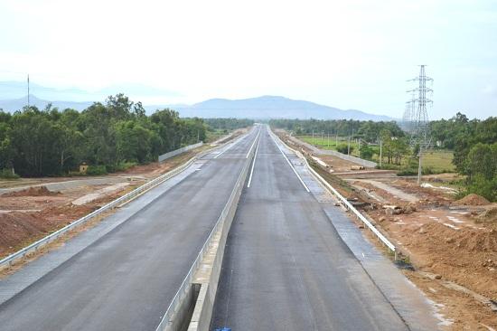 Đoạn tuyến cao tốc từ đồi Bồ Bồ (xã Điện Tiến, Điện Bàn) hướng ra Đà Nẵng. Ảnh: CÔNG TÚ
