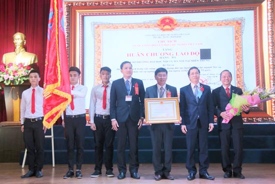 Phân hiệu Quảng Nam đón nhận Huân chương Lao động hạng Ba. Ảnh: N.Đ