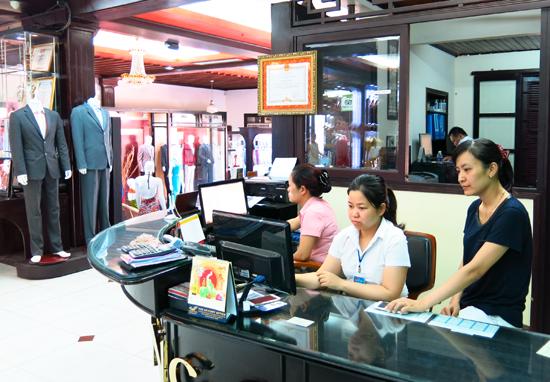 Cơ quan thuế hướng dẫn doanh nghiệp trong các thủ tục hành chính thuế. Ảnh: T.D