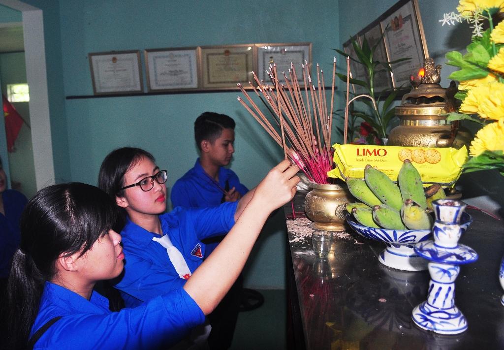 Tuổi trẻ Phú Ninh viếng hương Nhà lưu niệm Mẹ VNAH Huỳnh Thị Điểm (xã Tam Đại). Ảnh: VINH ANH