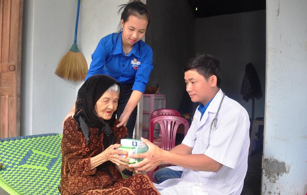 Khám và phát thuốc cho Mẹ VNAH Ngô Thị Hà (90 tuổi, xã Tam Đại). Ảnh: VINH ANH